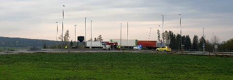 DØDE: Bilisten omkom etter å ha kjørt inn i rundkjøringa i Nybakkrysset søndag morgen. Foto: Lars Halvor Stokstad