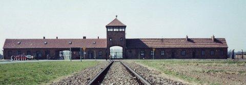 Inngangs porten til konsentrasjonsleiren Auschwitz