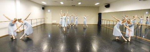 Danserussen ved Ski videregående skole har avgangsforestillingen sin i Sal 1 i Kolben fredag og lørdag kveld. Her fra mandagens prøver i dansesalen i Alliansehallen. FOTO: STIG PERSSON