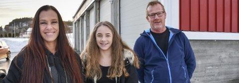 Ildsjeler: Stine Rønbeck, datteren Maja og Ronny Aslaksen er glade for funnet av garasjene til Agder Energi på Fiane. Startskuddet går fredag.Foto: Mette Urdahl