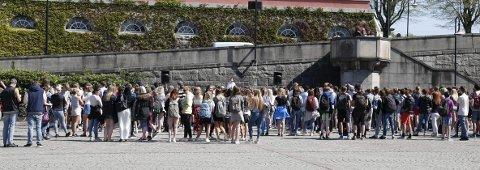 VISTE SIN MOTSTAND: Onsdag demonstrerte mellom 300 og 400 elever på Rådhusplassen i Haugesund mot innføringen av fraværsregelen.