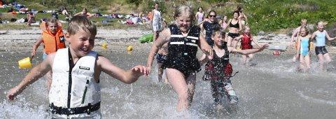 Sommer, sommer, sommer! Songe skole har full klaff med turdagen til Persøygard. Det er full sommer denne siste maidagen, og de aller fleste lot seg lokke ut i det varme vannet. Her    er det Eirik som leder an i en entusiastisk badegjeng.Foto: Mette Urdahl