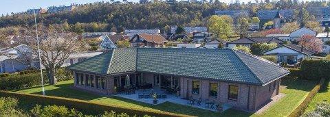 HØY PRISKLASSE: Med en pris på 18, 5 millioner kroner er denne eiendommen på Refsnesstranda på Jeløy den nest dyreste boligen som  nå ligger ute for salg i Moss.