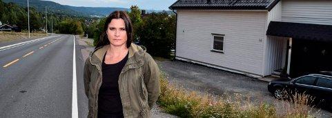 FART_ Så bra at politiet holdt fartskontroll så raskt etter at vi gikk ut i avisa, sier Monica Løkken i Skjølaasvegen.