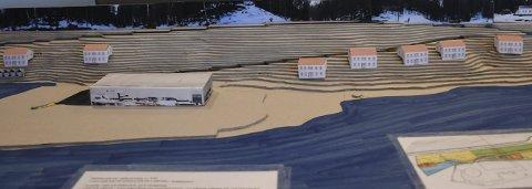 Boligplan: Denne fysiske modellen viser hvordan de sju boligene er tenkt plassert i forhold til Lagelva. Adkomsten til de nye boligene vil bli fra fylkesveg 411 og veien til Lisanden. Foto: Marianne Drivdal