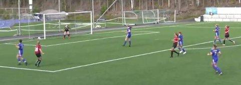 Scoring: Tiril Østgård har sendt ballen i en elegant bue over lillehammer-målvakt og i mål. Scoringa gav Valdres FK ledelse  1-0 i oppgjøret på Blåbærmyra.