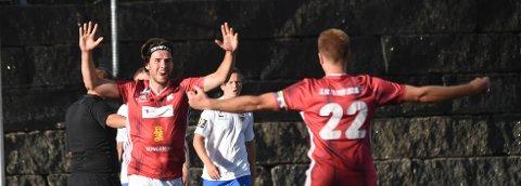 ÅRETS FØRSTE: Kristian Schnell scoret sesongens første mål for KIFs A-lag. Her tiljubles han av kaptein Jon Tore lindbo Kjørstad (22). ALLE FOTO: OLE JOHN HOSTVEDT