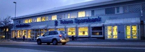 Totens Sparebanks hovedkontor på Lena.