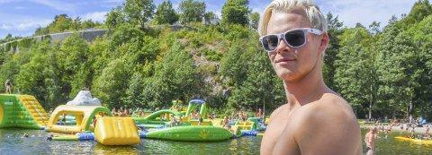 Populær badepark: Adrian Vestøl (19) nyter sommerjobben som badevert i Tvedestrands badepark. Han mener det går mot besøksrekord.Foto: Mette  Urdahl