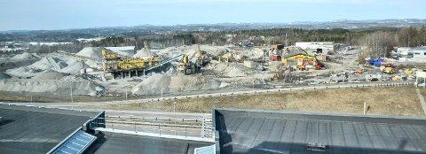 NY BELIGGENHET?: Norconsult mener det beste for Sandefjord på lang sikt er å bygge ny brannstasjon på Fokserød. På østsiden er det ikke plass. På Fokserød Vest er kommunen i gang med å legge planer for hva som kan skje når pukkverket ikke skal være der lenger.