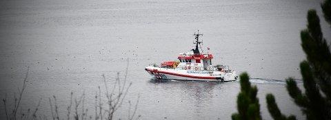 1. JULEDAG: Redningsskøyta «Harald V» går aldri av vakt. Her er skøyta på tur inn til Fiskerihavna i Rørvik like før klokken 12:00.