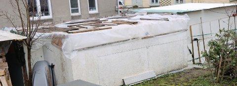 SKUR: Slik ser det ut på eigedomen i Sandnes sentrum. Kommunen meiner eigaren har oppført bygningane ulovleg. Foto: Daniel Skutle Ulloa