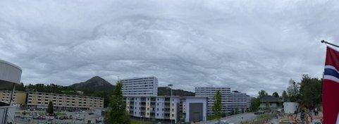 De vakre Altocumulus Stratiformis Undulatus Opacus-skyene skapte fine utsikter i det ellers grå været.
