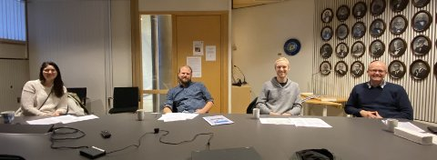 ENIGE: Flertallspartiene er enige om budsjettet for Kongsberg kommune. Fredag la de fram sitt forslag. Her representert ved Vilde Håvardsrud (MDG, Bjørn Flo Knudsen (V), Per Fossen Hals (Sp) og Anders Næss Kbl).