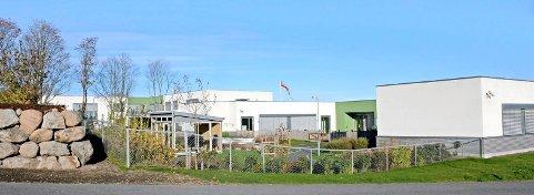 Lindrende enhet ble flyttet fra helsehuset i bakgrunnen til Villa Smidsrød. Nå vil kommunen ha innspill om retten til langtidsopphold ved kommunens ulike behandlingstilbud.