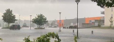 Slik så det ut under et voldsomt regnvær over Romerike for et par uker siden. Foto: Kine Tømmerdal