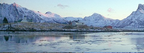 Langsomt lar vi Øksnes kirke og Skogsøya gli forbi på vår tur tilbake til Myre. (Foto: Ståle Schultz)