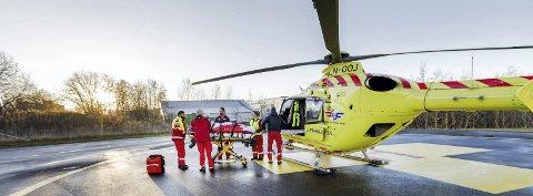 Trondheim 20171109. Luftambulansens helikopter der de laster inn pasient på båre til helikopteret. Modellklarert til redaksjonell bruk. Foto: Gorm Kallestad / NTB scanpix