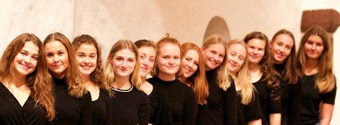 KRISTINA VOKALENSEMBLE: Tone Krohn har invitert tolv unge sangtalenter fra musikklinja på SVGS til konserten «Kalendergaver i adventstid» i Bugården kirke 8. desember. (Foto: Privat)