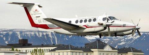 TRYGGHET: Dette flyet fra Bromma Air Maintenance AB brukes for å kalibrere instrumentene som brukes ved navigering og landing på Lakselv lufthavn. Det er snakk om flytrygghet de jobber med.