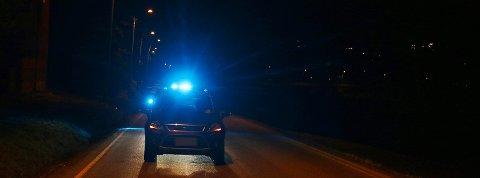 Den stjålne bilen ble funnet et stykke sør for der den ble stjålet. Sent torsdag kveld holdt flere patruljer på med å gjøre søk i området etter tyven. Foto: Theo Aasland Valen