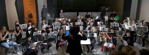 SKOLEKORPS: Publikum ble servert mye fin underholdende musikk.