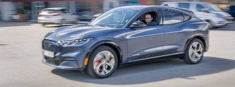 STILLE: Når Petter Rundén trår akslerasjonspedalen i gulvet farer bilen av gårde uten en lyd. En elektrisk Mustang gjør ikke skam på navnet sitt når det gjelder akselerasjon.