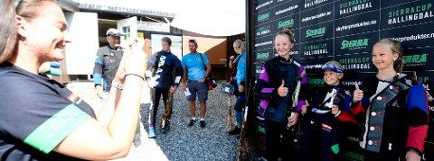 PERSET: Andrine R. Fjelldal (t.v.), Vebjørn Kongsjorden og Maren Gilen fotograferes her av arrangørene etter sine gode skyting. FOTO: OLE JOHN HOSTVEDT