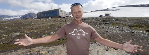 Super sommer: Daglig leder i Hemnes Turistforening, Svein Arne Brygfjeld, er godt fornøyd med tallene fra Rabothyttas første år i drift. Rundt 1.500 mennesker har overnattet i hytta i løpet av året. Foto: Arne Forbord
