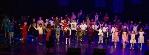 VÅR VEI: Nærmere 60 barn og unge skal på lørdag stå på scenen på Oseberg Kulturhus.