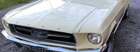 """Den første Mustangen, ofte kalt """"1964 1/2""""-modellen, ble utviklet i rekordfart og satte rekord både i antall førstedagsbestillinger (drøyt 22.000 biler) og førsteårs-produksjon for en ny bilmodell (drøyt 418.000 biler)."""