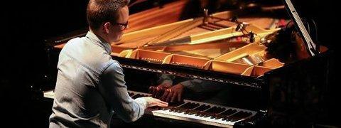Ivan Blomqvist er en kjent jazzpianist som nå skal innvie det nye pianoet på Lambertseter gård lørdag 16. mars