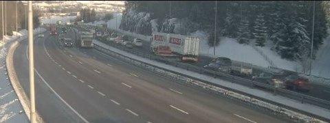 Ved Djupdalstoppen på E6 står allerede køen i det nordgående løpet.