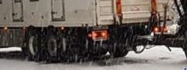 Står fast: To vogntog står fast ved Bygdin.