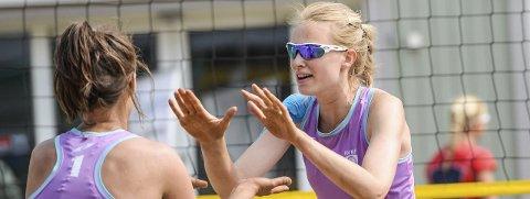 FORNØYDE: Irmelin Sannarnes og Ane Guro Hjortland gjorde det godt i sanden på Stortorvet.