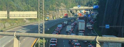 Det er lange køer på E6 ved Karihaugen fredag ettermiddag etter en alvorlig trafikkulykke.
