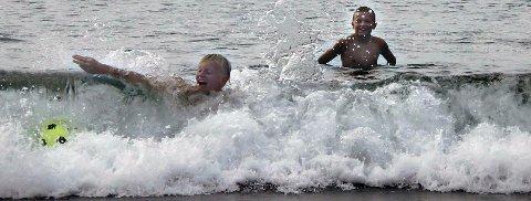 Kos: Guttene koser seg med bad og lek i havet. Foto: Randi Breivik