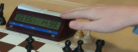 HURTIG: Det er viktig å huske å trykke på klokka i hurtigsjakk. (Foto: Tor Harald Aandstad Olsen)