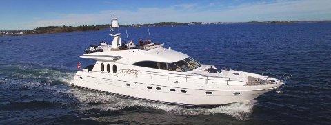 Slik beskrives båten i salgsprospektet: - Man får umiddelbart en følelse av intens luksus når man kommer inn på det store akterdekket.  Båten er meget påkostet med eksklusive stoffer og skinn i sofaer og førerseter.