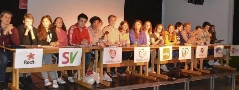 Panel: Alle de ni partiene som stilte ved stortingsvalget, var representert i paneldebatten på Knapstad skole. Elevene hadde trukket partier og satt seg inn i deres valgprogram. Flere av dem imponerte stort under sine ti sekunders sluttappeller.
