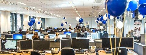 De omlag 200 ansatte i Transcom i Rolvsøy har vært gjennom flere tøffe år med kutt og nedbemanning, før man snudde skuta i 2019 og skapte store overskudd. Nå kan de også feire at de leverer årets beste kundeservice blant mobilselskapene som deltok i kåringen. Her er ballonger fra innflyttingen, nå kan de blåses opp igjen.