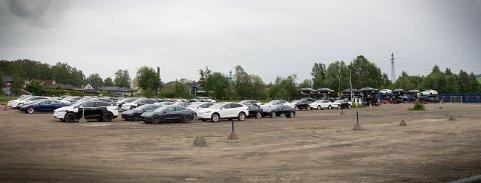 ET HAV AV TESLAER: Tirsdag ble nok en gang parkeringsplassen ved varemessa fylt med elbiler.