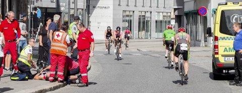 Dramatisk: Det så dramatisk ut da Even Klund ble tatt hånd om av ambulansepersonell etter å ha kollidert med en av konkurransen øvrige deltagere. foto: christine heim
