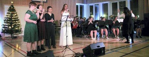 STEMNINGSFULLT: Sam Eren Ryvoll (t.v.), Thea Maageng Nordås (konferansier), Jenni Wiik Søttar (konferansier), Amalie Kummernes og til høyre dirigent Saska Cvijanovic med ryggen var noen av deltakerne på adventskonserten.