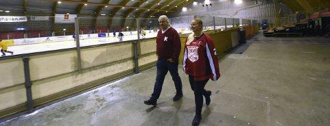 MÅ HA NYE ISHOCKEYVANT: Steinar Myhra, lederen i KIF, og Rebekka Gravningen, leder i KIFs ishockeygruppe, håper de nye vantene er på plass før sesongstart neste år. – Hvis ikke må vi kanskje legge ned ishockeygruppa, sier duoen.FOTO: OLE JOHN HOSTVEDT