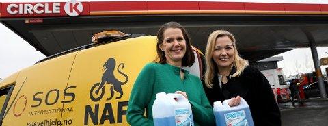 AKSJON: NAF i samarbeid med bensinstasjonen Circle K står på påskestand for bedre påsketrafikksikkerhet.(F.v.) Tanja Angelsen Berg i Circle K og Camilla Ryste i NAF.
