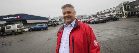 Fornøyd: Kjell Rune Hanssen er strålende fornøyd. Nå får han muligheter for å utvide bilforretningen Moss To-Takt og han har allerede planene klare.