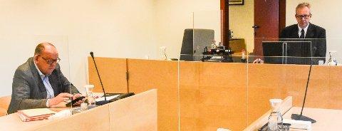 I RETTEN: Bostyrer Øystein  Malmgren (til venstre) og sorenskriver Håvard Skjeldås i retten torsdag, under gjennomgang av den foreløpige boinnberetningen etter konkursen i Noco Entreprenør.