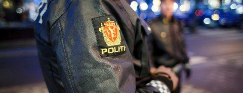 Etter å ha besøkt en offentlig kommunal institusjon, ble en eldre person anholdt i døren. Der stod to politifolk klare. Illustrasjonsfoto