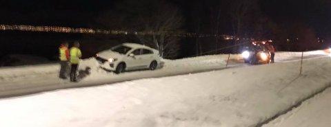 KVALØYVEGEN: Det bar i grøfta for denne uheldige bilisten på Kvaløyveien torsdag kveld. Foto: Nordlys-tipser